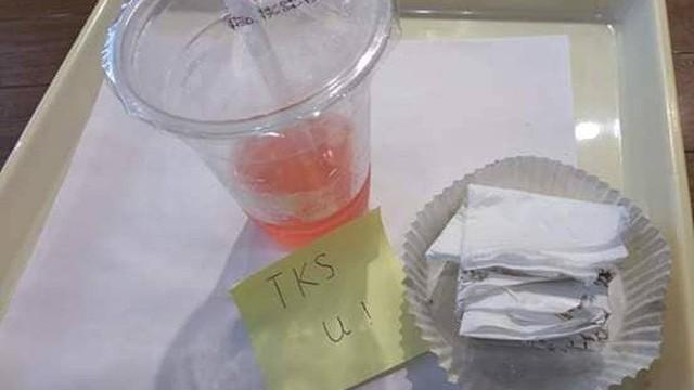 Đứng dậy để lại mảnh giấy ghi 2 chữ, vị khách khiến nữ nhân viên phục vụ xao xuyến