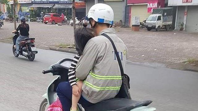 """Bố đèo con nhỏ phía trước - hình ảnh khiến người đi đường """"lạnh gáy"""" khi vượt qua"""