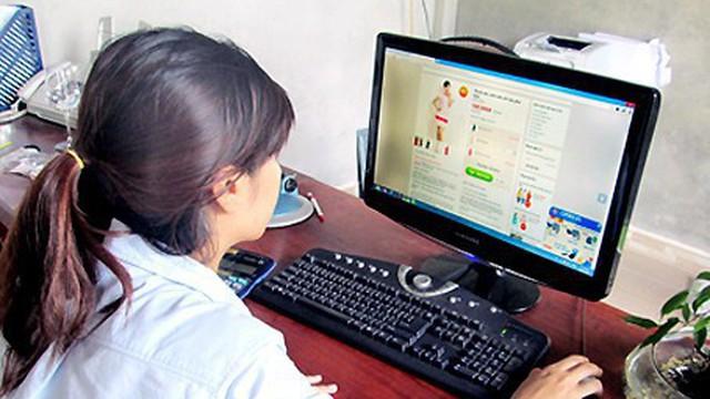 Chị em tranh cãi kịch liệt: Mua hàng online mà không công khai giá, shop cứ bắt check inbox là bình thường hay vô duyên