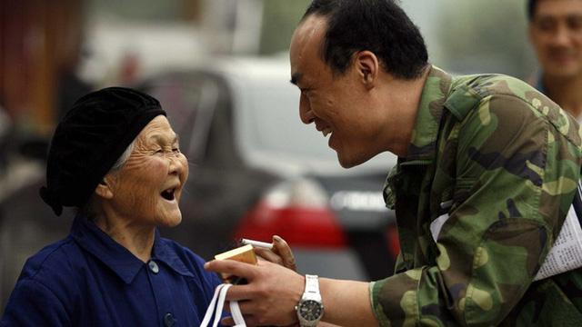 Tặng bà cụ không quen biết chiếc nhẫn, 1 năm sau, lái xe taxi nhận được bức thư đổi đời