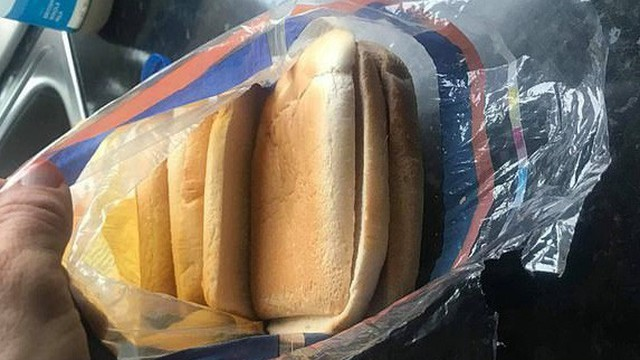 Mua bánh mì về làm món ăn trưa cho con, bà mẹ 'cười ra nước mắt' với cú lừa ngoạn mục, ăn không được, nuốt không trôi mà bỏ thì phí