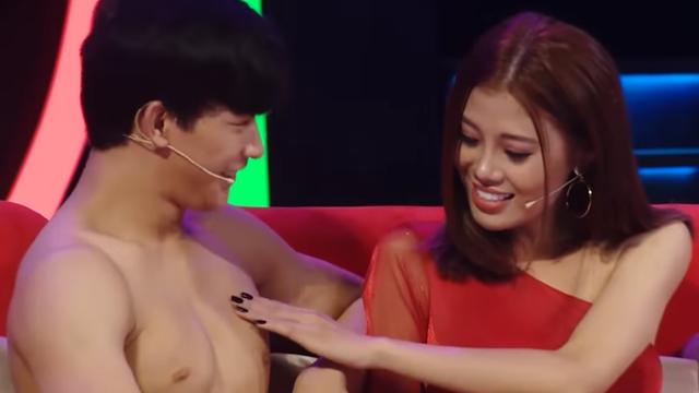 """Người mẫu Cẩm Tú gây """"choáng"""" khi động chạm body 6 múi của mỹ nam trên truyền hình"""