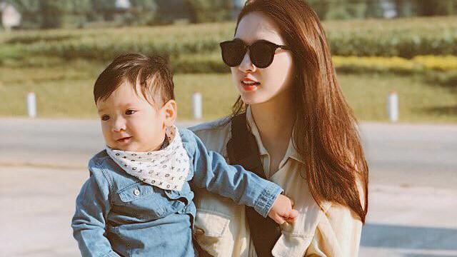 """""""Hot mom"""" Sài Thành đưa con đi du lịch từ 1 tháng tuổi và bật mí khiến nhiều người bất ngờ"""