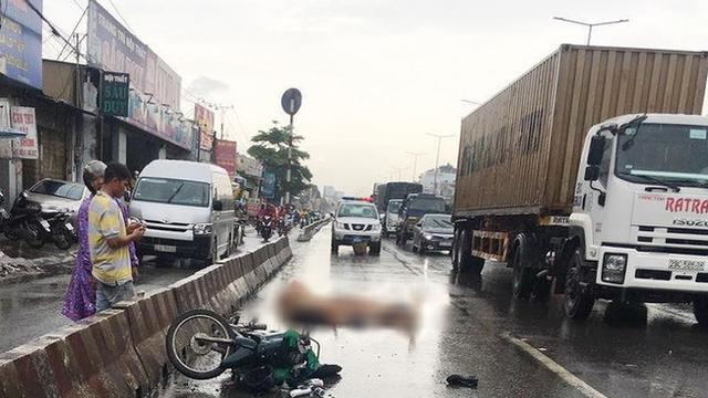 2 thanh niên chết thảm khi chạy xe máy vào làn ô tô
