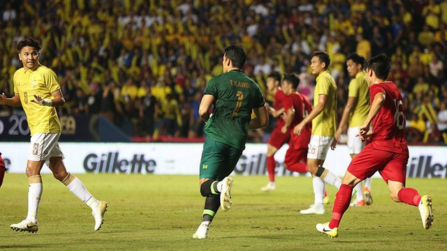 """Thủ môn Thái Lan """"biếu"""" bàn thắng cho ĐT Việt Nam: Tu luyện ở châu Âu, đắt gấp đôi Văn Lâm"""
