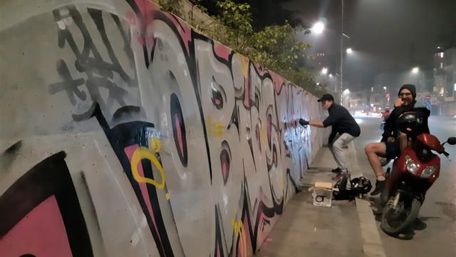 Lộ hình ảnh những kẻ bôi bẩn lên con đường hơn 300 tỷ đồng ở Hà Nội