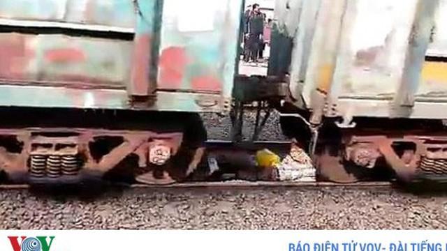 Video: Người đàn ông sống sót sau khi tàu hỏa chạy qua người