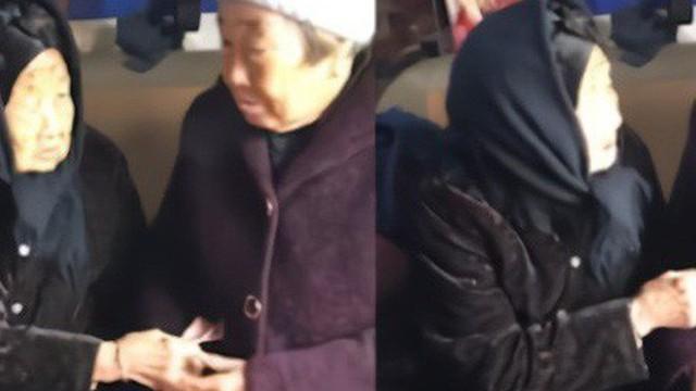 'Con dù lớn vẫn là con của mẹ': Khoảnh khắc người mẹ 105 tuổi lì xì cho con gái 74 tuổi khiến nhiều người rơi nước mắt
