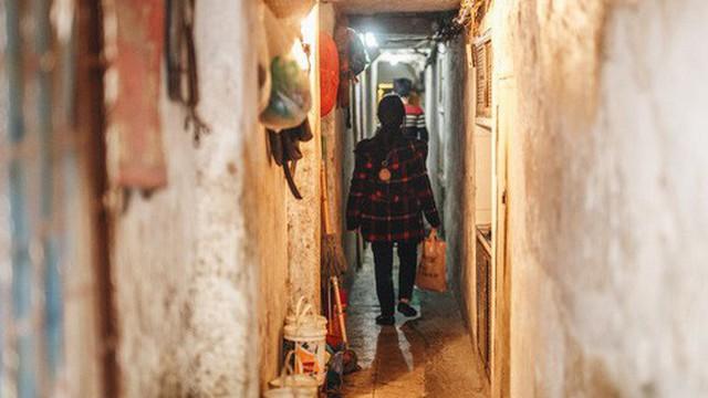 Cuộc sống bên trong những con ngõ chỉ vừa 1 người đi ở Hà Nội: Đèn điện bật sáng dù ngày hay đêm