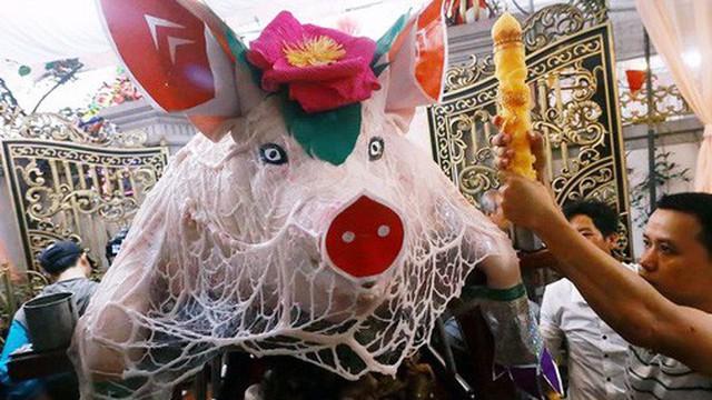 """Hà Nội: Dùng kim khâu vào da của 17 """"ông lợn"""" để thực hiện lễ rước và tế lợn trong đêm ở làng La Phù"""