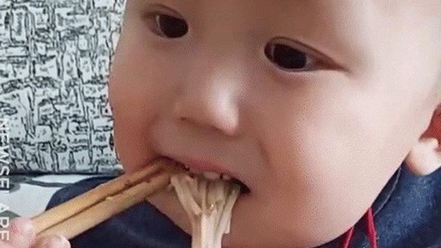 Đằng sau kỹ năng dùng đũa ăn điêu luyện gây sốt MXH là số phận thương cảm của bé trai 2 tuổi