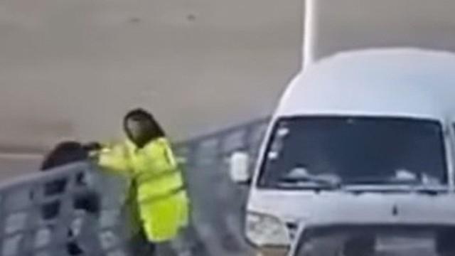 Người phụ nữ nhanh tay cứu người đàn ông định nhảy cầu tự tử