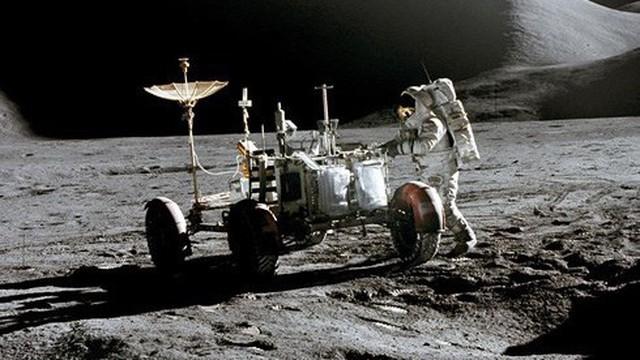 Chinh phục không gian: Con người hay robot phù hợp hơn?