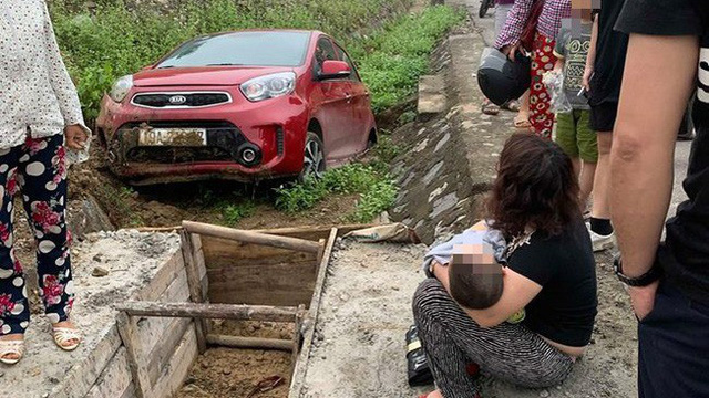 Phú Thọ: Mẹ lái ô tô chở con nhỏ lao xuống cống, hai mẹ con hoảng sợ ngồi sụp xuống đất