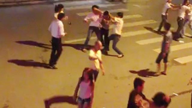 Chủ tịch phường bị 2 kẻ lạ mặt dùng mũ bảo hiểm tấn công