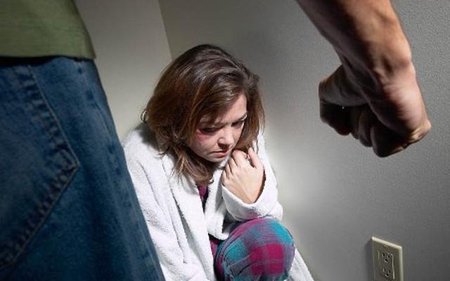Bị chồng đánh đập không dám li dị vì sợ... mất nhà