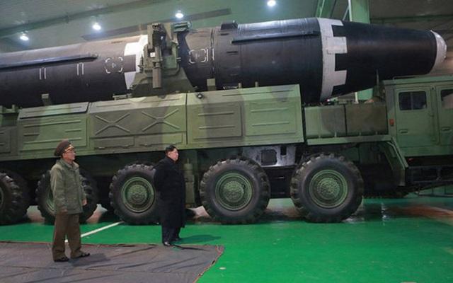 Chi tiết quá trình chuẩn bị phóng tên lửa có thể vươn đến Washington của Triều Tiên