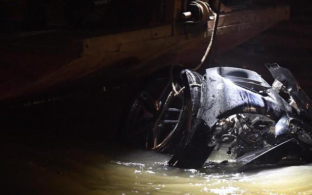 Xe Mercedes lao xuống sông Hồng: Giấy tờ mang tên đàn ông tìm thấy trên xe là của ai?