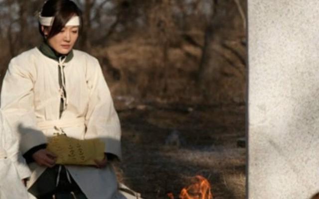 Ngày nào cũng ra mộ chồng khóc lóc, đến khi gặp đứa trẻ mục đồng, người phụ nữ thay đổi hẳn
