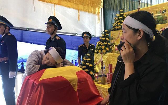 Người vợ gục lên di cốt liệt sĩ phi công Su-22 trước khi tiễn anh về nơi an nghỉ cuối cùng