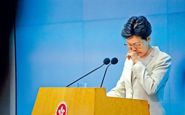 Quá áp lực, Trưởng đặc khu Hong Kong trốn vào nhà vệ sinh, khóc nức nở