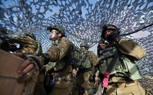 """Israel """"vũ trang tận răng"""" để chống người Palestine biểu tình ở biên giới Gaza"""