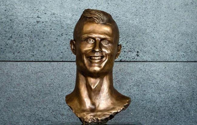 Người hâm mộ bất ngờ lập chiến dịch đòi đưa bức tượng Ronaldo 'mặt méo' trở lại 1