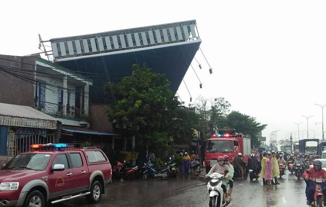 Bảng quảng cáo bất ngờ đổ sập trong mưa, đè chết người ở TP.HCM 1