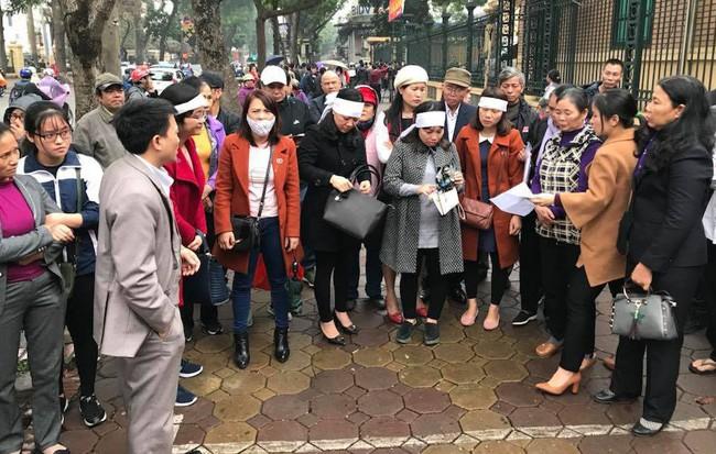 Rất đông người thân của các nạn nhân có mặt trước cổng TAND Hà Nội trước khi phiên xét xử diễn ra.