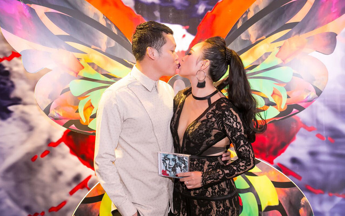 Khánh Linh được chồng hôn say đắm trong buổi ra mắt sản phẩm mới