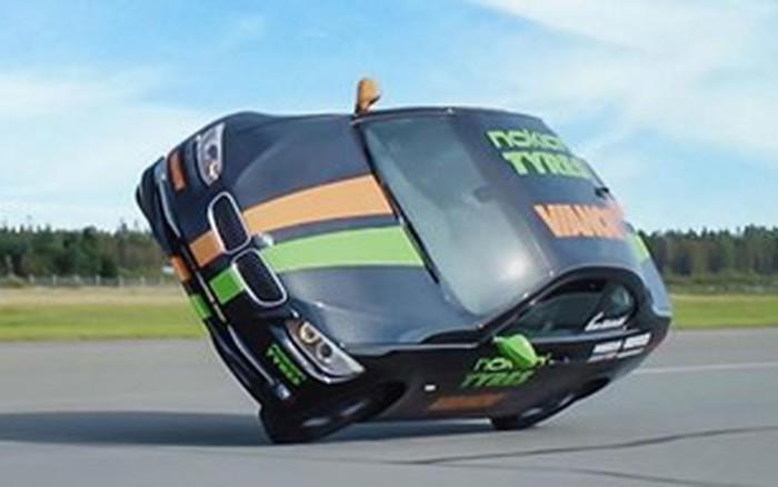 Màn lái xe hơi bằng 2 bánh lập kỷ lục nhanh nhất thế giới
