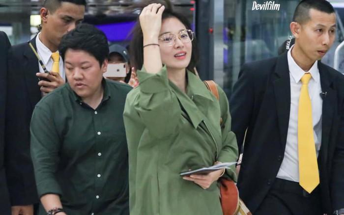 Song Hye Kyo trở lại với tóc ngắn cá tính, quay về Hàn Quốc vẫn tiếp tục lấy áo khoác che bụng