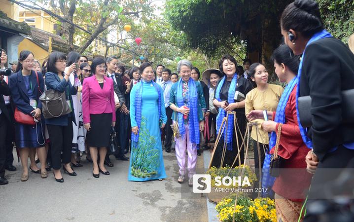[ẢNH/VIDEO] Phu nhân/phu quân các lãnh đạo APEC hào hứng khám phá nét đẹp phố cổ Hội An