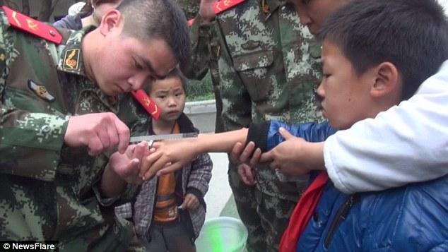 Một bé trai tại Trùng Khánh Trung Quốc đã nghịch dại đeo chiếc ốc vào tay mình và không thể lấy ra. Lính cứu họ đã dùng rất nhiều cách với hi vọng giải cứu cậu bé khỏi chiếc ốc càng ngày càng thắt chặt.