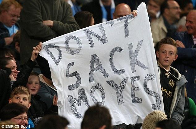 Fan Man City kêu gọi các ông chủ Mỹ của Man United đừng sa thải HLV Moyes