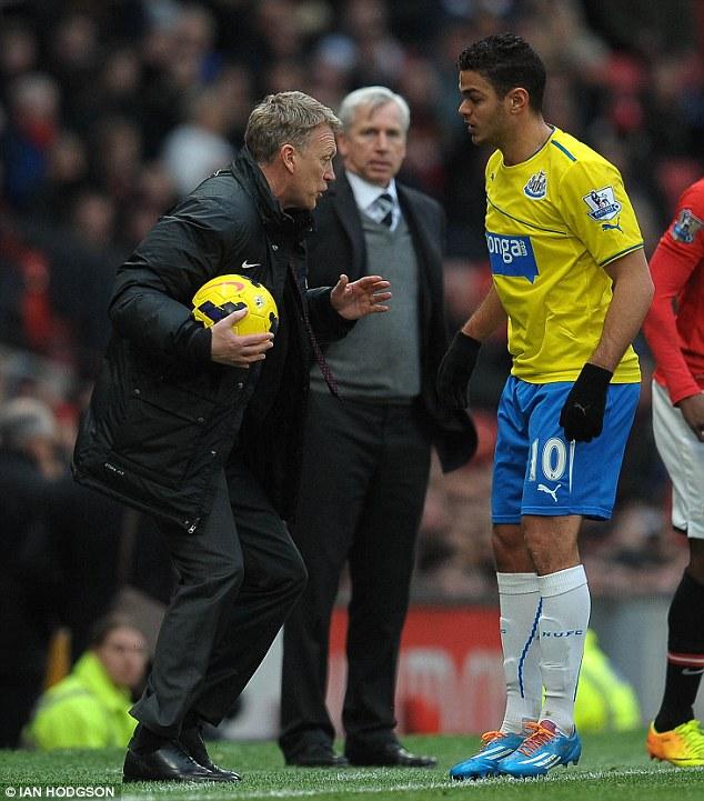 Hình ảnh thể hiện sự mất bình tĩnh của Moyes khi ông cướp trái bóng từ tay Hatem Ben Arfa trong trận đấu với Newcastle.