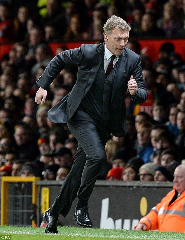 Moyes vội vàng chạy nhặt bóng trong trận đấu với Tottenham.