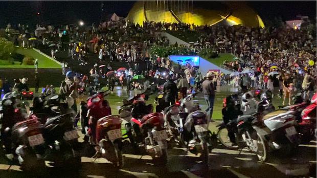 """Dân mạng """"sốc nặng"""" trước cảnh lượng du khách đổ về Đà Lạt đông kỷ lục, đêm Trung thu mà cứ ngỡ đâu… giao thừa 2020?! - Ảnh 5."""