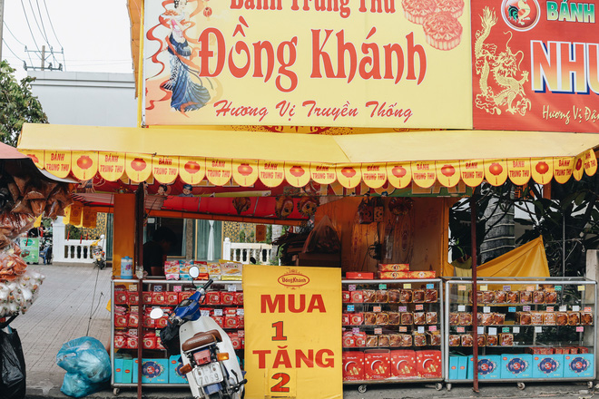 Bánh Trung thu lề đường ở Sài Gòn: Mua 1 tặng 3 nhưng giá bằng 4 cái - Ảnh 12.