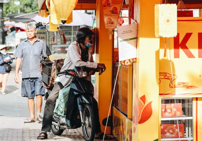 Bánh Trung thu lề đường ở Sài Gòn: Mua 1 tặng 3 nhưng giá bằng 4 cái - Ảnh 3.