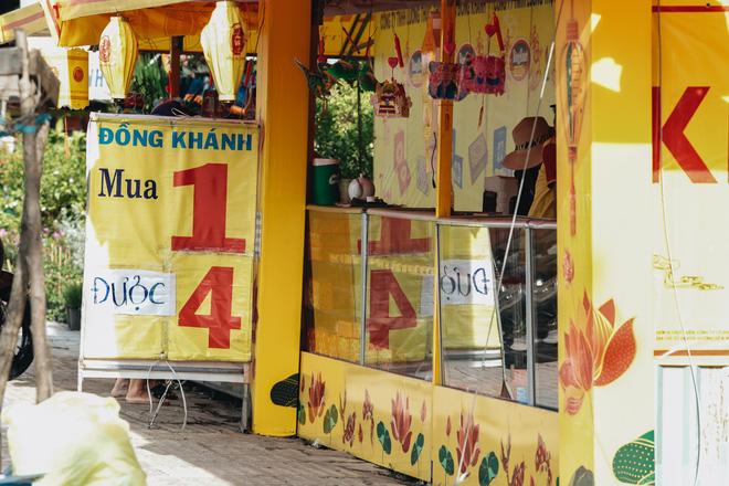 Bánh Trung thu lề đường ở Sài Gòn: Mua 1 tặng 3 nhưng giá bằng 4 cái - Ảnh 4.