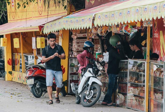 Bánh Trung thu lề đường ở Sài Gòn: Mua 1 tặng 3 nhưng giá bằng 4 cái - Ảnh 8.