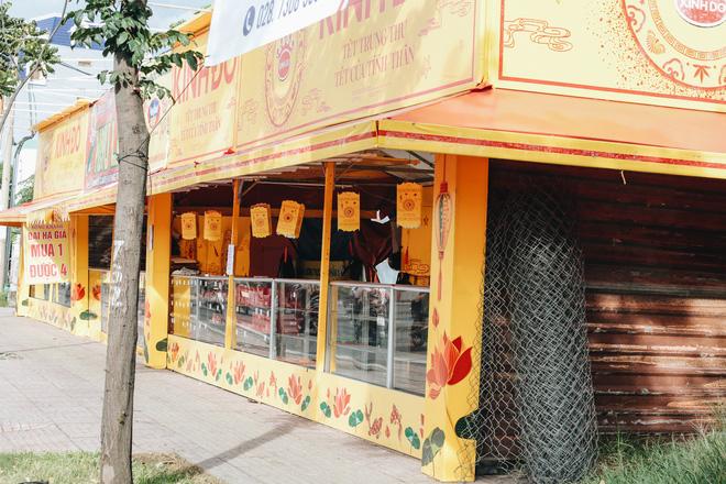 Bánh Trung thu lề đường ở Sài Gòn: Mua 1 tặng 3 nhưng giá bằng 4 cái - Ảnh 10.