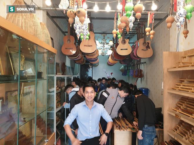 Chàng trai Nghệ An thi đại học 14 lần: Chủ 21 cửa hàng sáo trúc, mang ống hút tre sang trời Tây kiếm tiền tỷ - Ảnh 2.