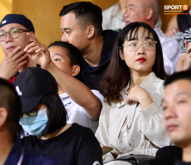 Huỳnh Anh chiếm spotlight khi đến sân cổ vũ Quang Hải, lộ gương mặt khác lạ không giống hình đăng Facebook - Ảnh 11.
