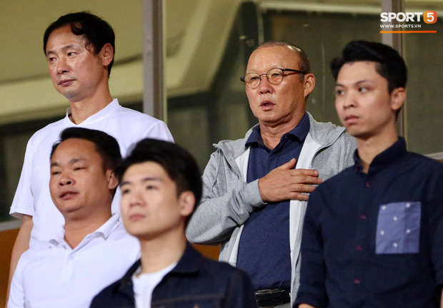 Huỳnh Anh chiếm spotlight khi đến sân cổ vũ Quang Hải, lộ gương mặt khác lạ không giống hình đăng Facebook - Ảnh 12.