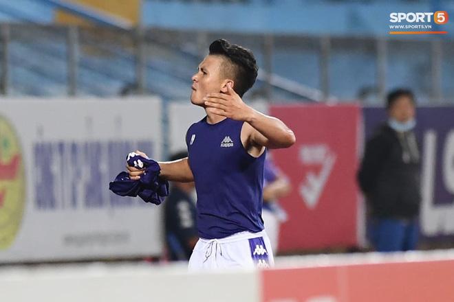 Quang Hải nhảy múa trong vòng cấm, hết kiếm penalty lại ghi bàn đẳng cấp giúp CLB Hà Nội đè bẹp CLB TP.HCM - Ảnh 13.