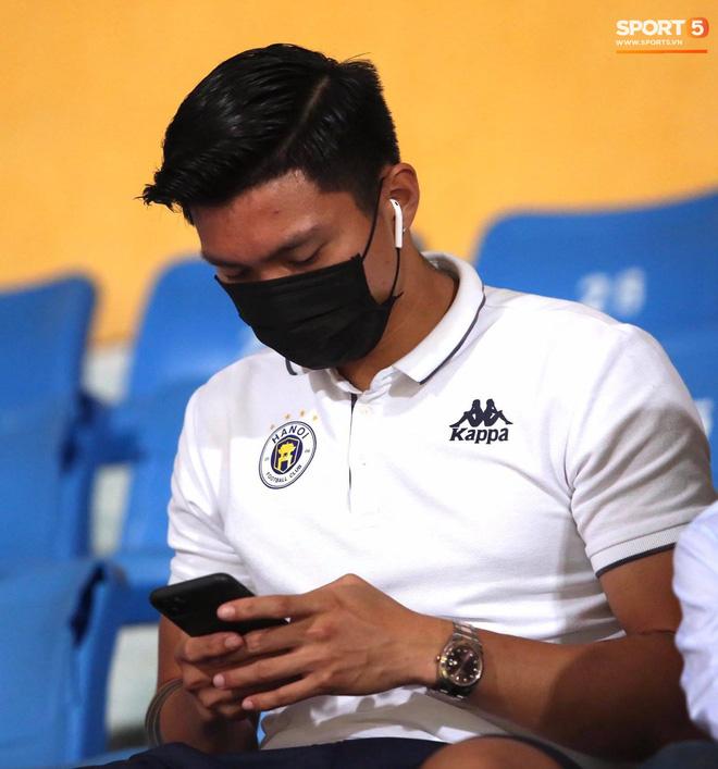 Huỳnh Anh chiếm spotlight khi đến sân cổ vũ Quang Hải, lộ gương mặt khác lạ không giống hình đăng Facebook - Ảnh 3.