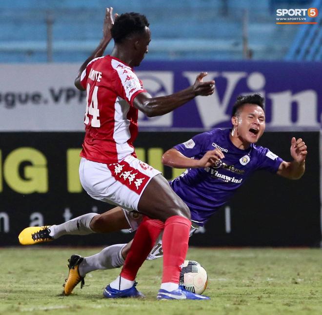Quang Hải nhảy múa trong vòng cấm, hết kiếm penalty lại ghi bàn đẳng cấp giúp CLB Hà Nội đè bẹp CLB TP.HCM - Ảnh 4.