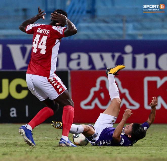 Quang Hải nhảy múa trong vòng cấm, hết kiếm penalty lại ghi bàn đẳng cấp giúp CLB Hà Nội đè bẹp CLB TP.HCM - Ảnh 5.